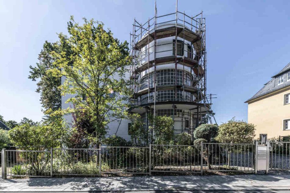 An der Feistel-Villa laufen die letzten Arbeiten zur Sanierung der Fassade.
