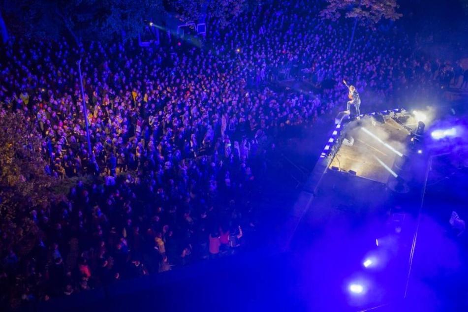 Hunderte Fans waren beim Spontan-Konzert. Kummers Bühne war das Dach seines Plattenladens.