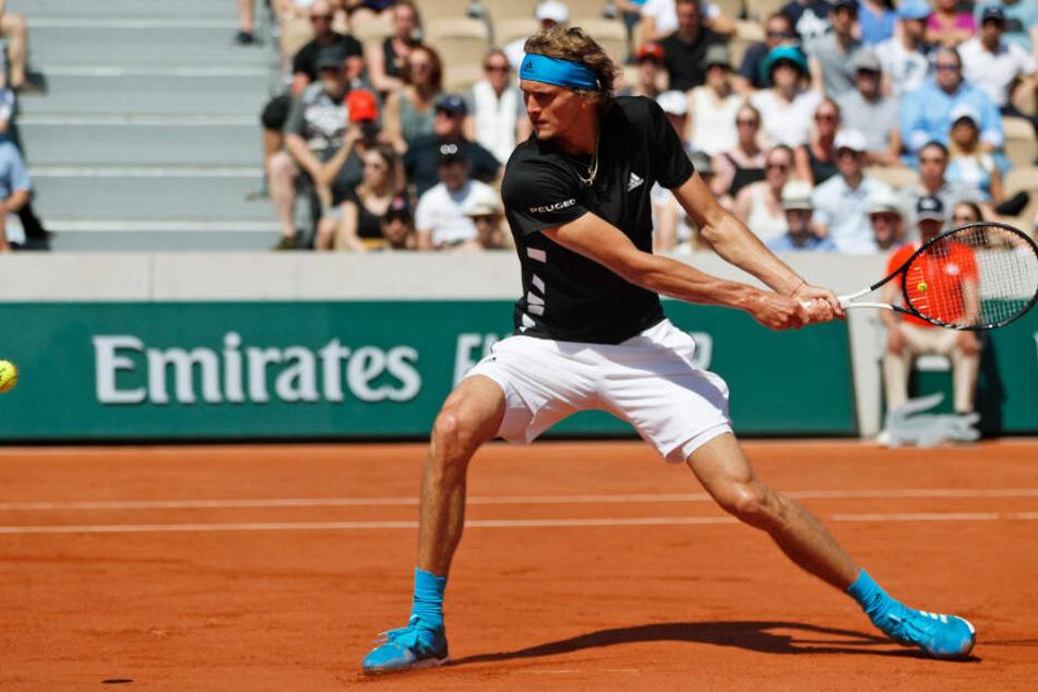 Macht auf dem Tennisplatz fast immer eine gute Figur: Alexander Zverev (22) spielt eine Rückhand bei den French Open.