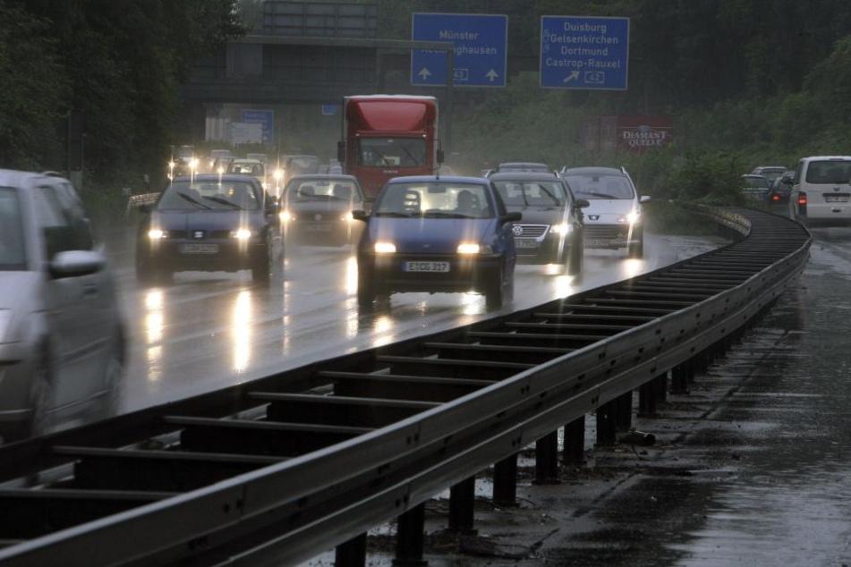 Auf der Autobahn 43 passierten gleichzeitig zwei Unfälle. (Symbolbild)