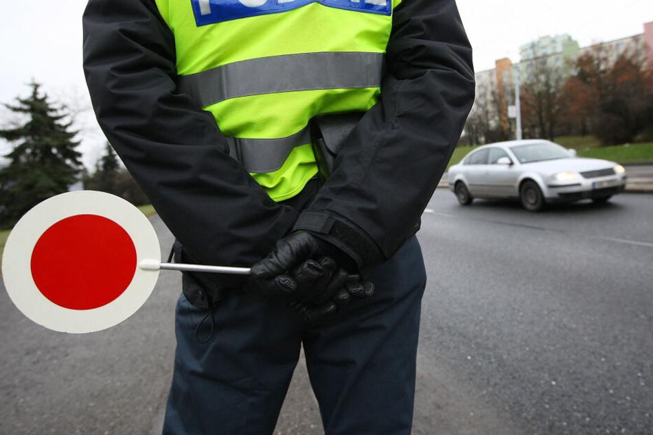Ein Polizist bei einer Verkehrskontrolle. (Symbolbild)