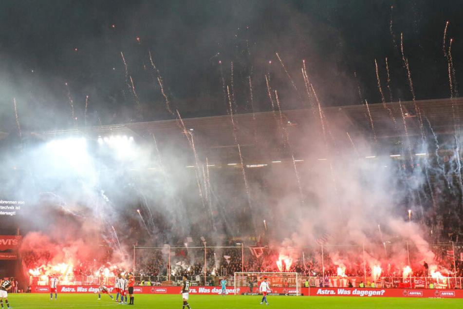 Auch beim Hamburger Stadtderby zwischen dem FC St. Pauli und dem Hamburger SV wurden zahlreiche Fackeln abgebrannt. Nicht selten kommt es zu Spielunterbrechungen aufgrund der Pyrotechnik in deutschen Stadien.