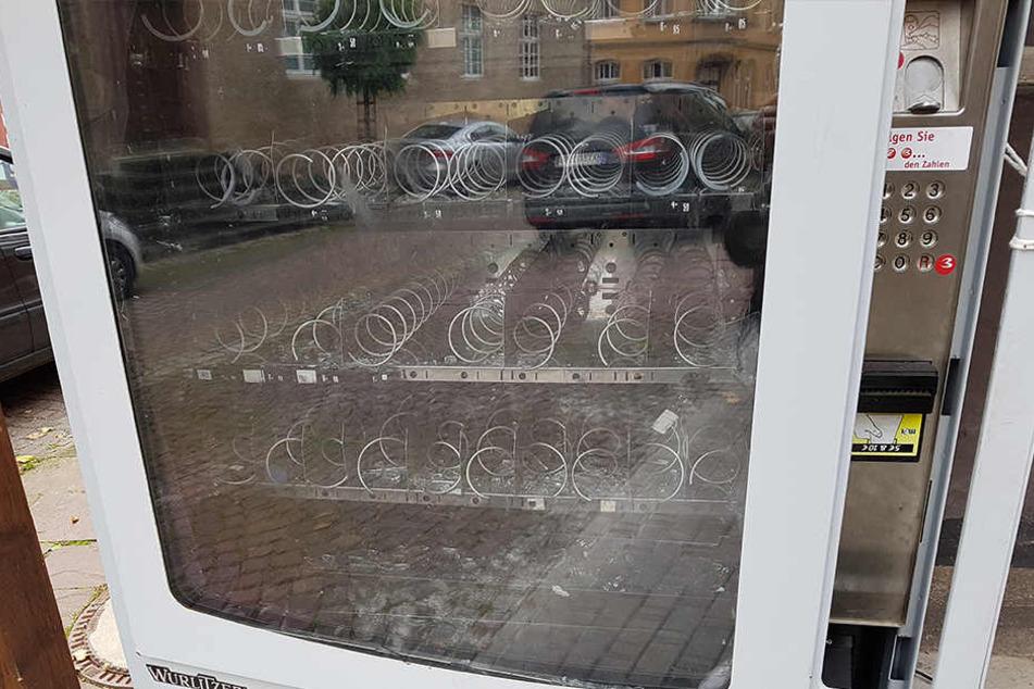 Der Automat neben der Warburger Metzgerei Balluff ist zerstört.