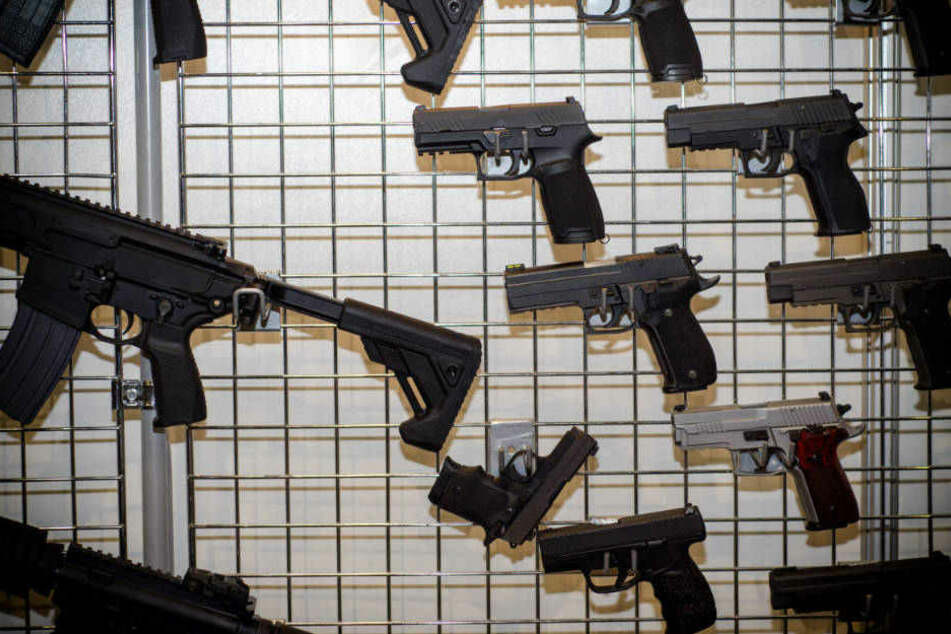 Die Polizisten hatten zuvor einen Tipp erhalten, dass eine illegae Waffenlieferung aus Bulgarien eintreffen würde (Symbolbild).
