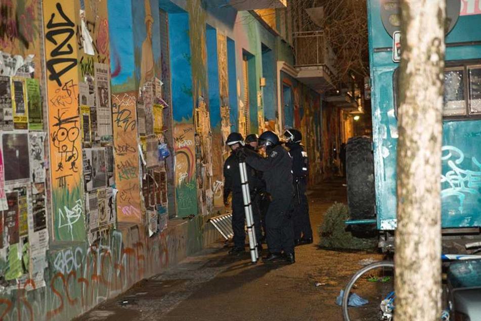Polizisten während eines Einsatzes auf der Rigaer Straße (13.01.2016).