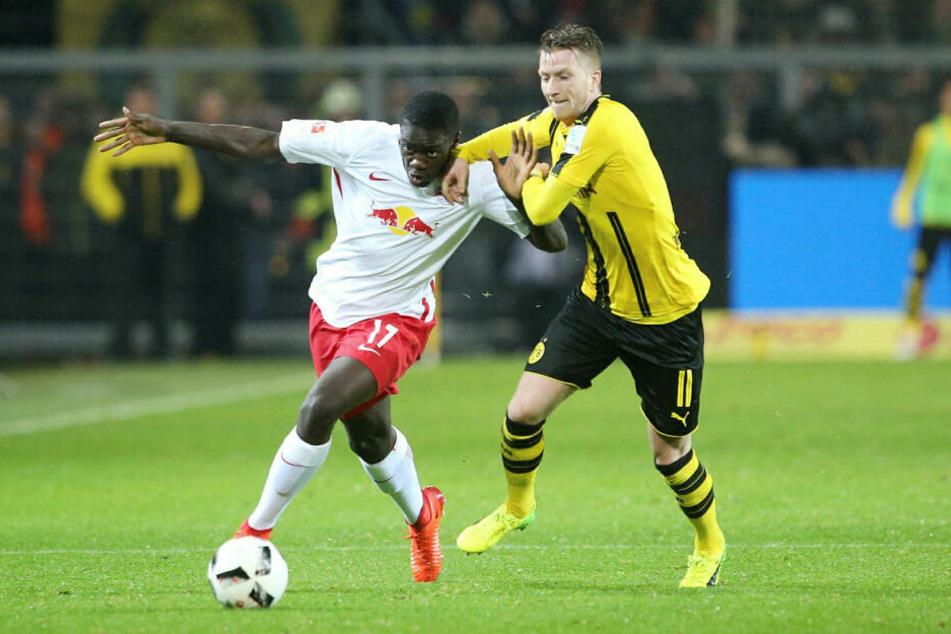 Sein erstes Spiel im RB-Dress absolvierte Dayot Upamecano (l., hier gegen Marco Reus) beim 0:1 in Dortmund am 4. Februar 2017.