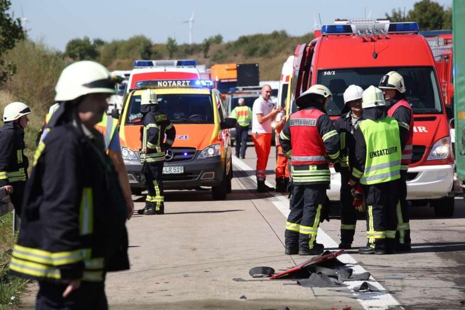 Zahlreiche Rettungskräfte rückten an, weil der Fahrer des aufgefahrenen Lkw zunächst eingeklemmt war.