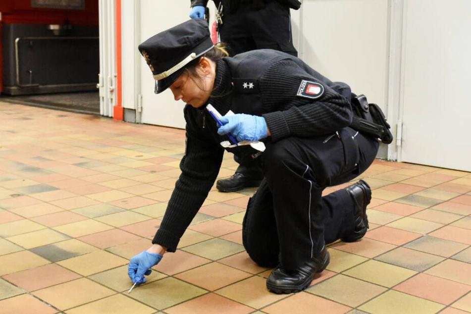 Eine Polizistin sichert nach einem Messerangriff in Hamburg Spuren. (Archivbild)