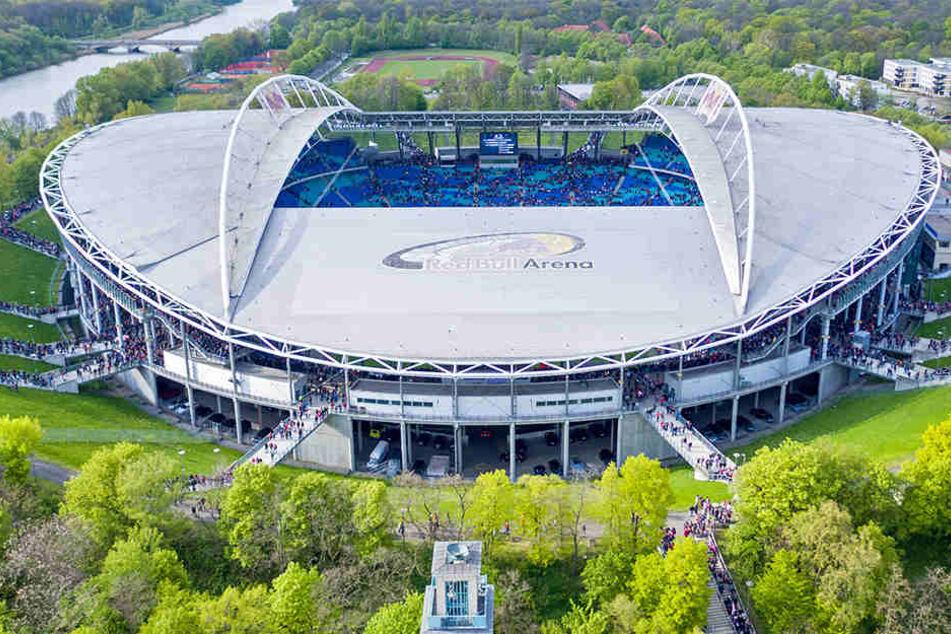 Die Fans strömen ins Stadion von RB Leipzig. Am Ende der ersten Bundesliga-Saison werden 705.121 Zuschauer die Heimspiele der Roten Bullen live verfolgt haben.
