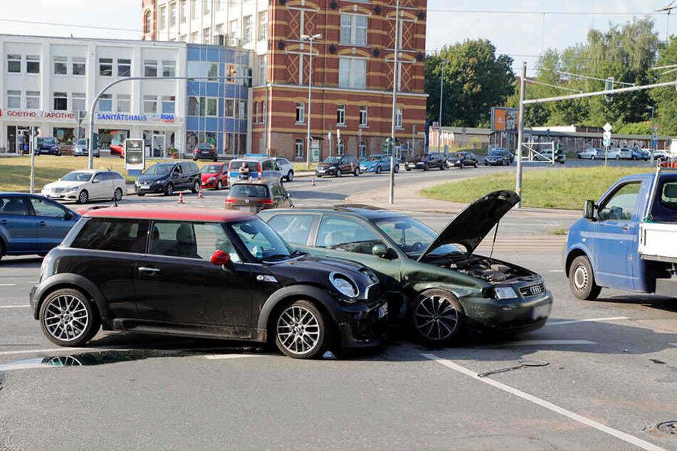 Der Mini und der Audi krachten zusammen.