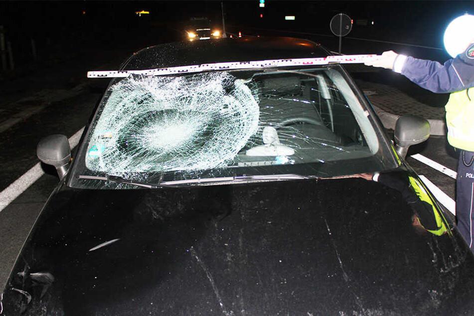 Beim Überqueren der Straße wurde ein 16-Jähriger von einem Audi erfasst und schwer verletzt.