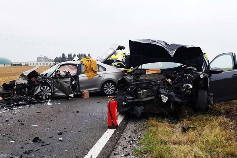 Trümmerfeld nach Crash bei Dresden! Autos krachen frontal zusammen