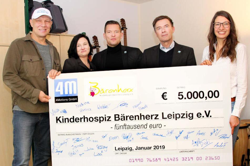 """""""4Motions""""-Chef Jürgen Rohr (2.v.r.) sammelte gemeinsam mit seinen Mitarbeitern und Unternehmer Patrick Hähle (3.v.l.) fleißig Spenden, die nun dem Kinderhospiz südlich von Leipzig zugute kommen."""
