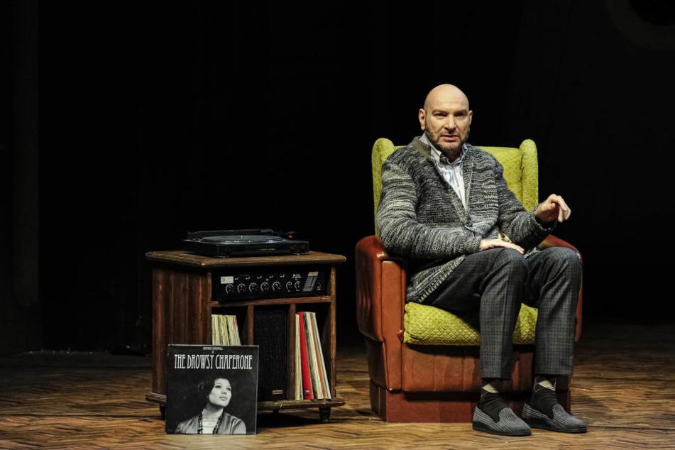 """Schauspieler Ralph Morgenstern führt als """"Mann im Sessel"""" durch das Musical."""