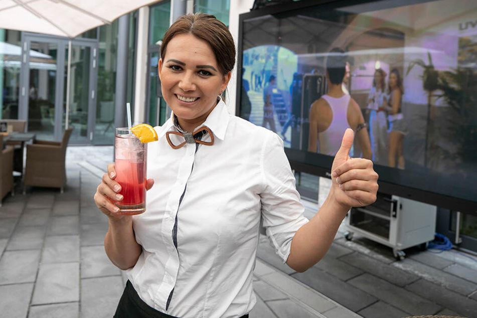 Im Innside-Hotelhof flimmern bis Ende August Kinofilme über die Leinwand. Carolina Ruiz (35) serviert dazu kühle Drinks.
