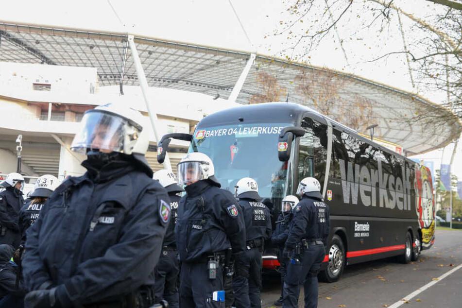 Als realistische Kulisse für die Übung dient das Stadion von Bayer 04 Leverkusen.