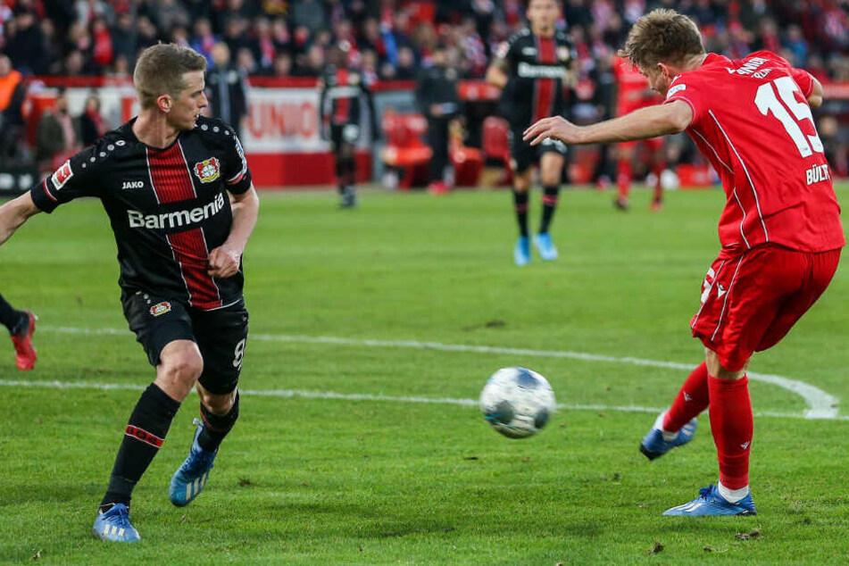 Marius Bülter trifft zum 2:2. Leverkusens Lars Bender (l) kann den Treffer nicht verhindern.