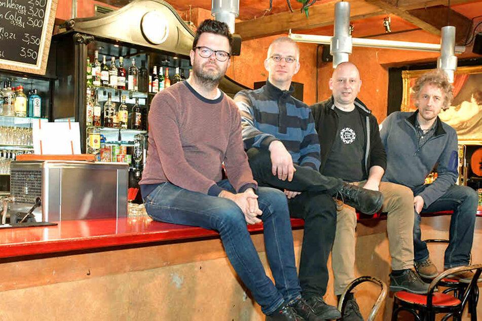 """Johannes Gerstengarbe (36, """"Wir gestalten Dresden""""), TBA-Betreiber Christoph Töpfer (43), Steffen Kache (45, Distillery) und Stadtrat Torsten Schulze (49, v.l.) kämpften erfolgreich für das Ende der Sperrstunde."""