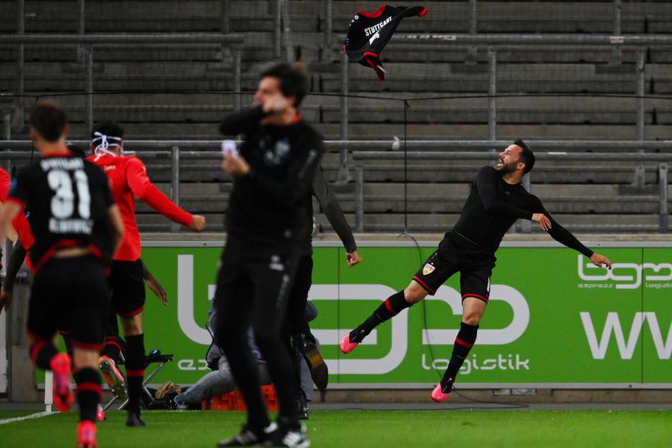 Es war ein ganz wichtiger Schritt in Richtung Aufstieg: VfB-Oldie Gonzalo Castro (33, r.) wirft nach seinem wichtigen Siegtreffer zum 3:2 gegen den HSV sein Trikot in die Luft.