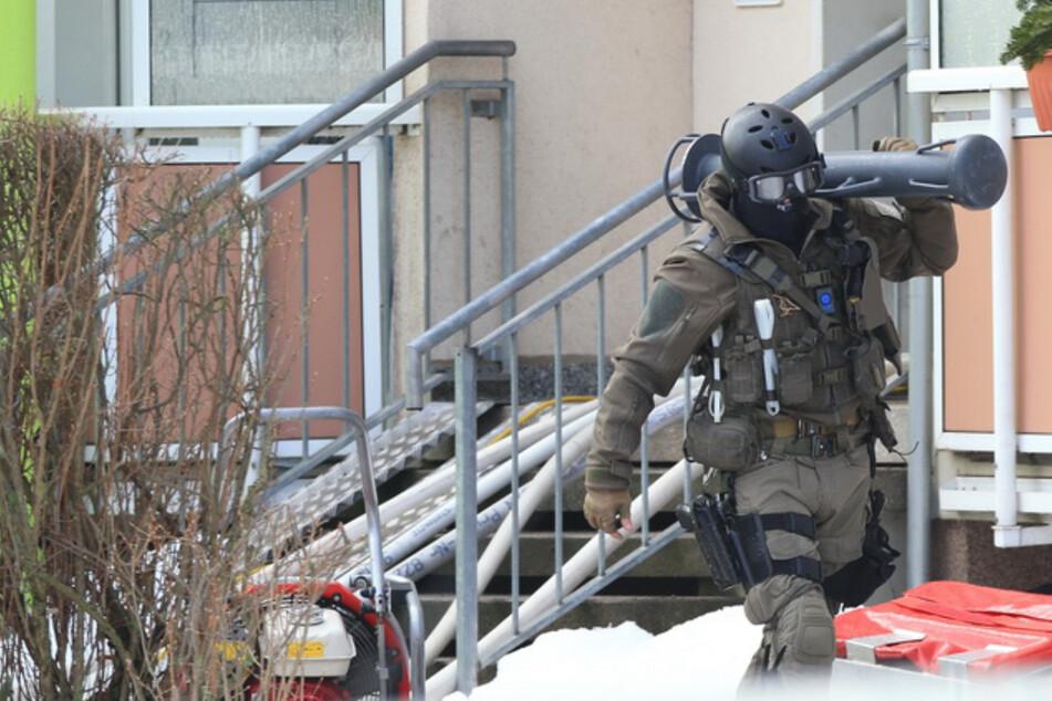 Zwangsräumung eskaliert: Mieter wirft brennbare Flüssigkeit auf Gerichtsvollzieher und Polizisten