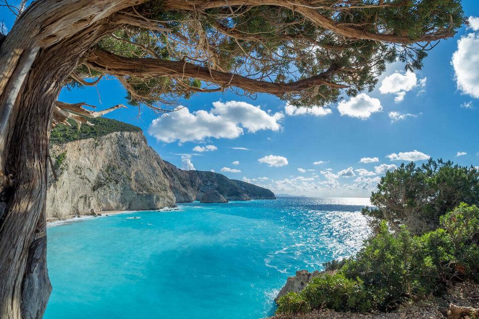 Türkises Meer, weiße Sandstrände und strahlend blauer Himmel - so schön ist es auf den Ionischen Inseln.