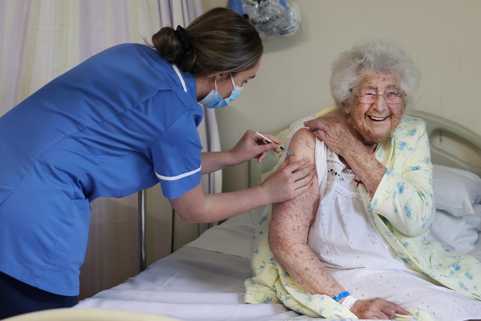 In Großbritannien wurde der Corona-Impfstoff bereits den ersten Patienten verabreicht. Auch dort stehen alte und gesundheitlich geschwächte Menschen an erster Stelle.