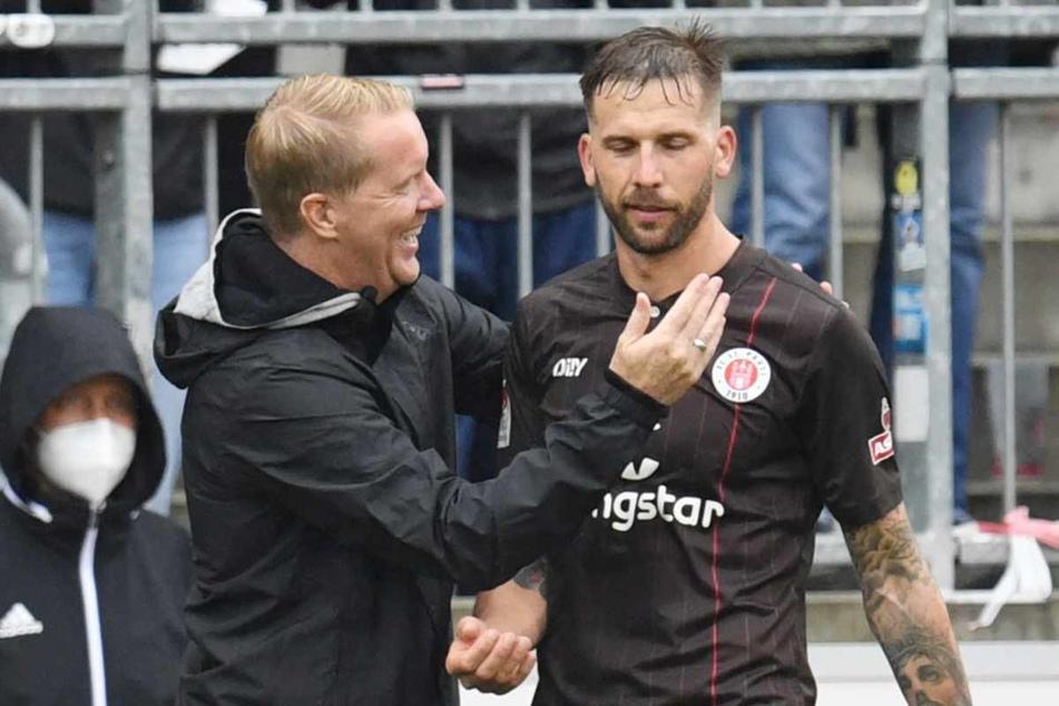 FCSP-Trainer Timo Schultz (44, links) klatscht mit Guido Burgstaller bei der Auswechslung ab.