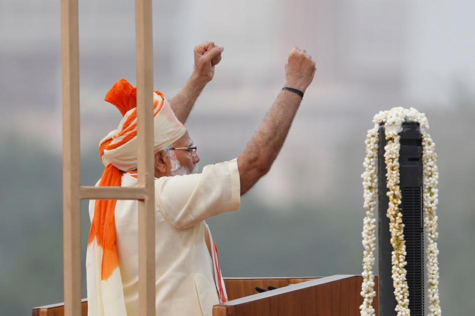 Premierminister Narendra Modi (69) hebt am 74. Unabhängigkeitstag in Indien beide Fäuste nach oben.