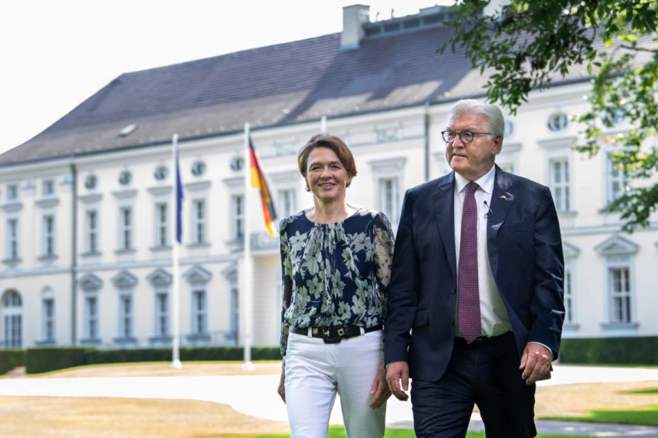 Bundespräsident Frank-Walter Steinmeier und seine Frau Elke Büdenbender kommen zu einem Gespräch mit Auszubildenden und Schülerinnen und Schülern zu ihren Berufsperspektiven im Park von Schloss Bellevue.