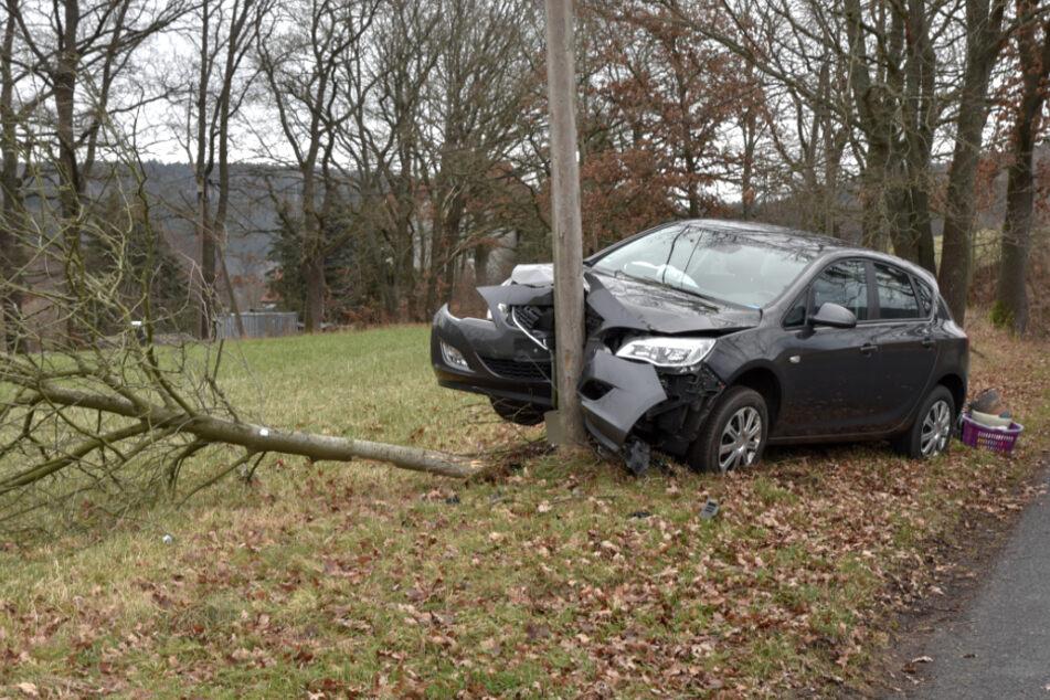 Opel kracht frontal gegen Strommast: Fahrer verletzt