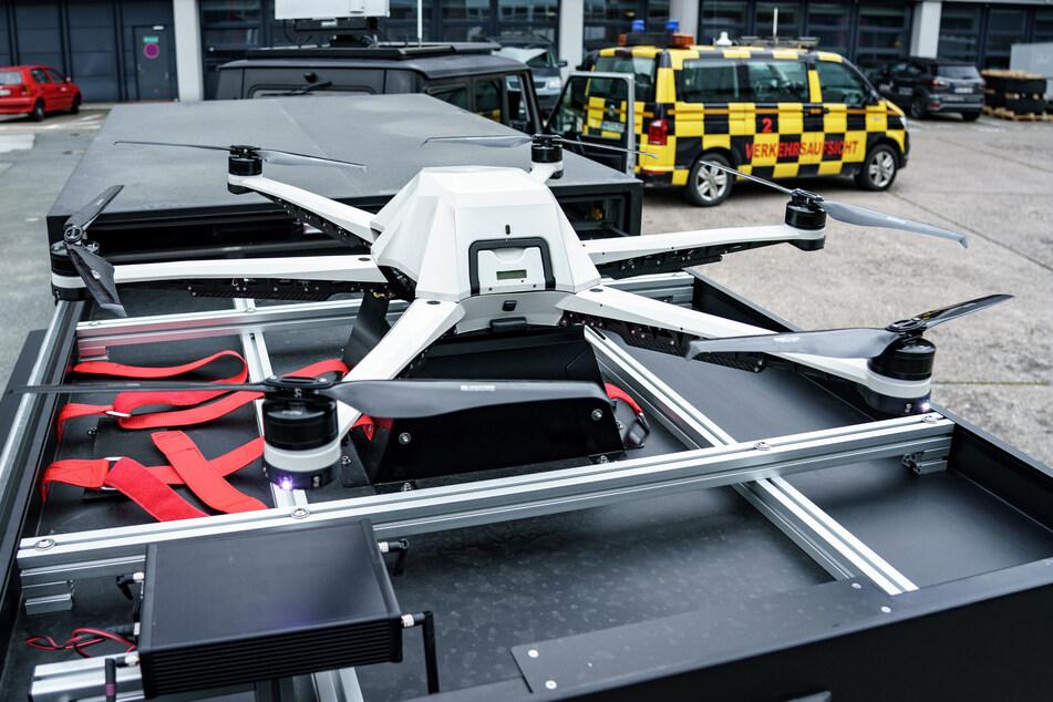 """Eine Drohne des Projekts """"Falke"""" liegt auf einem Anhänger auf dem Gelände des Hamburger Flughafens."""