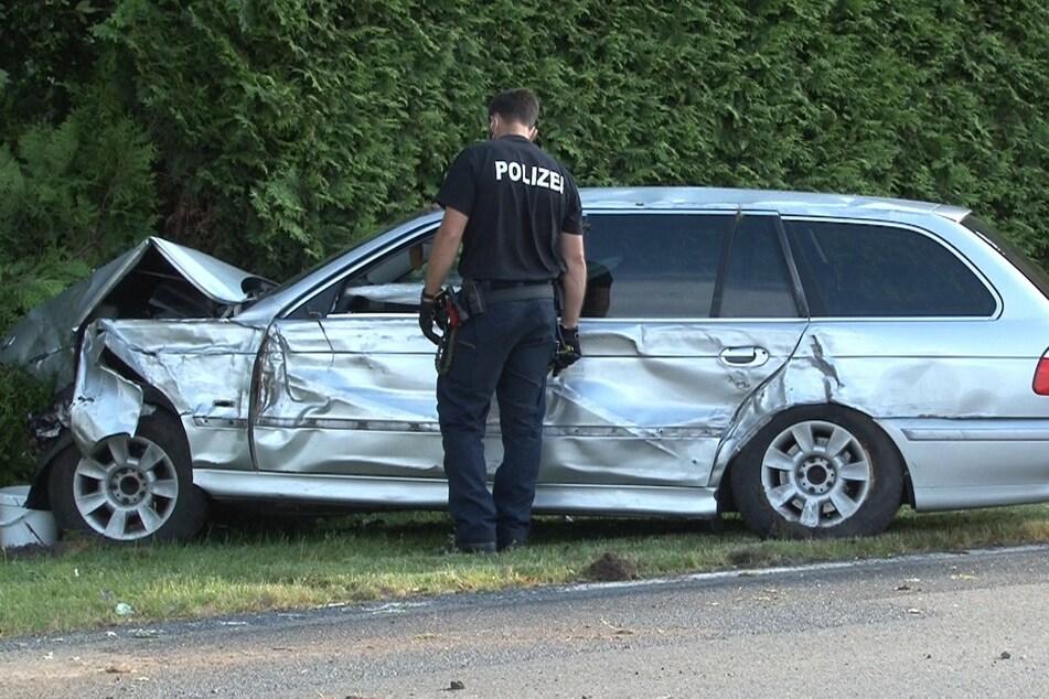 Ein Polizist begutachtet nach dem Unfall in Twist (Landkreis Emsland) den Unfallwagen.
