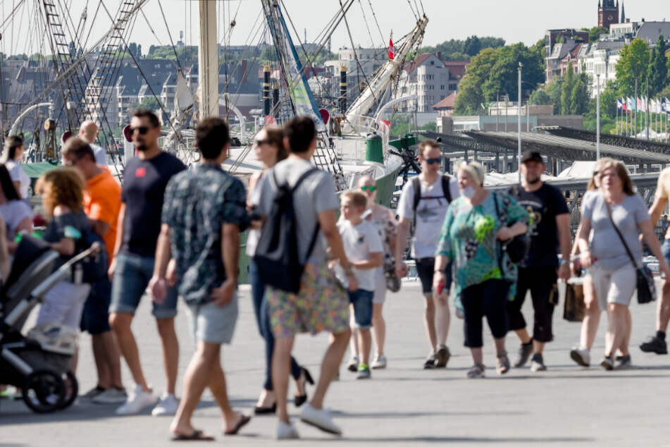 Am Hamburger Hafen sind trotz 32 Grad zahlreiche Hamburger und Touristen unterwegs.