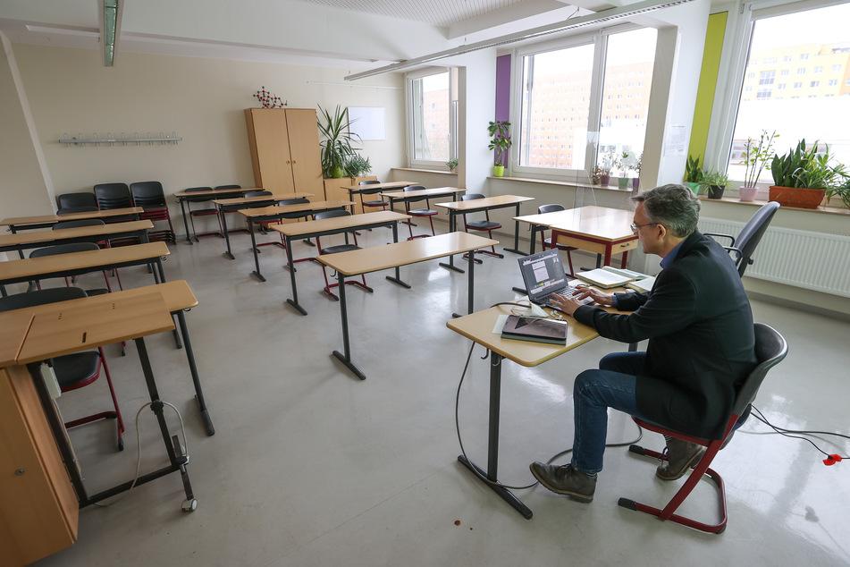 Alleine im Klassenzimmer: Der Direktor des Leipziger Ostwald-Gymnasiums Steffen Jost beim Online-Unterricht.