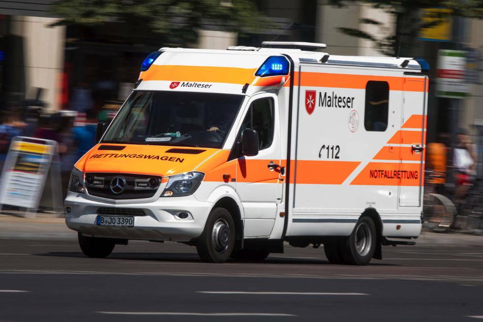 Die 26-Jährige ist nach dem Unfall mit schwersten Schädelverletzungen in ein Krankenhaus gebracht worden. (Symbolfoto)