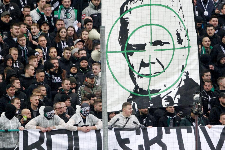 Mönchengladbacher Ultras zeigen ein Transparent mit dem Konterfei von Dietmar Hopp. Diese Form des Protestes hält aktuell Einzug in den deutschen Stadien.