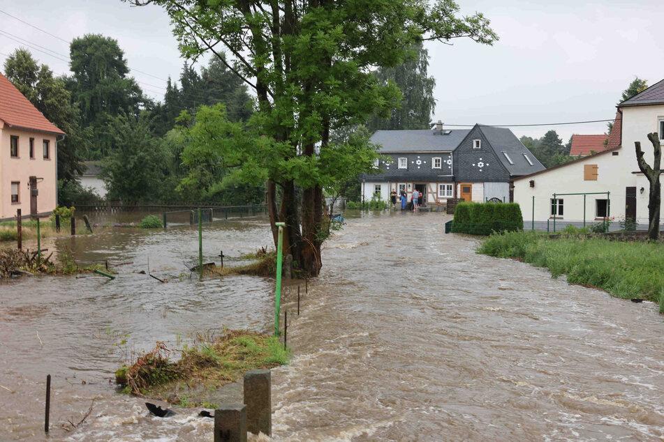 In Neukirch (Landkreis Bautzen) trat die Wesenitz am Samstag über die Ufer und verwandelte ganze Grundstücke in ein Flussbett. Ganz Ostsachsen ist derzeit gefährdet.