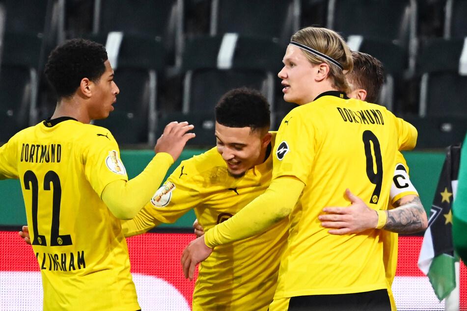 Marco Reus (r.) und Erling Haaland (2.v.r.) bereiteten vor, Jadon Sancho (2.v.l.) schoss Borussia Dortmund zum Sieg.