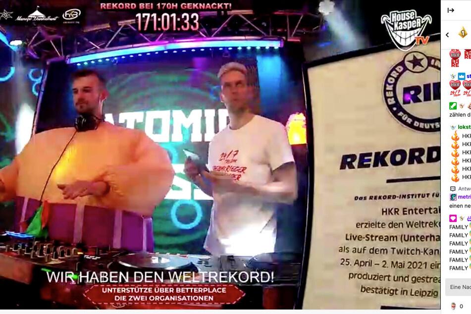DJ Atomic Bass (Malte Böhm, l.) und DJ HouseKaspeR (Philipp Immig) am Sonntagabend am Set.