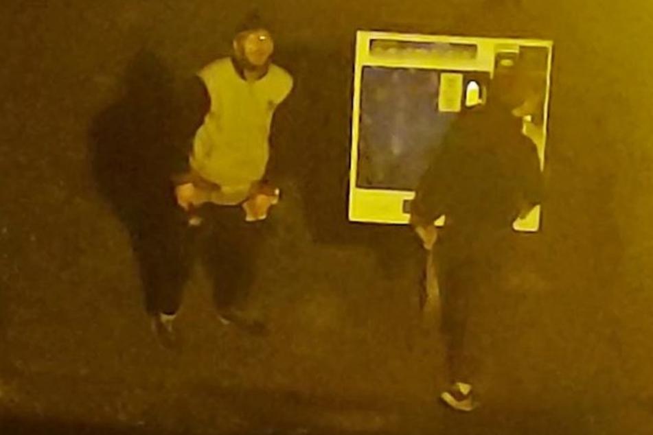 Auf dem Bild sind die beiden Räuber abgebildet. Sie versuchten zwei Zigarettenautomaten zu klauen. Wer erkennt die Täter?