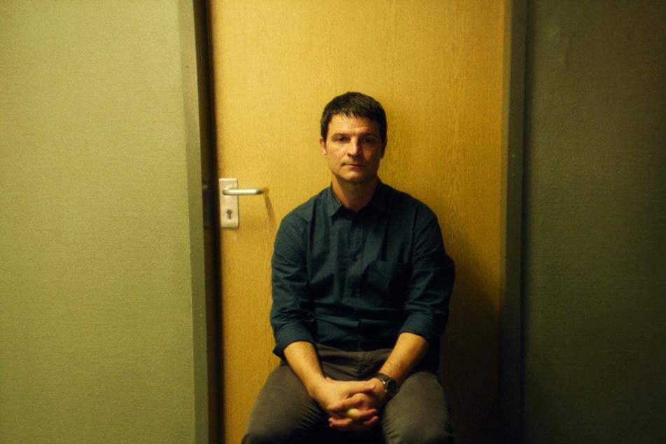 Xhafer (Misel Maticevic) verstrickt sich immer mehr in negativen Gedanken und strahlt diesen Frust nach außen hin aus.