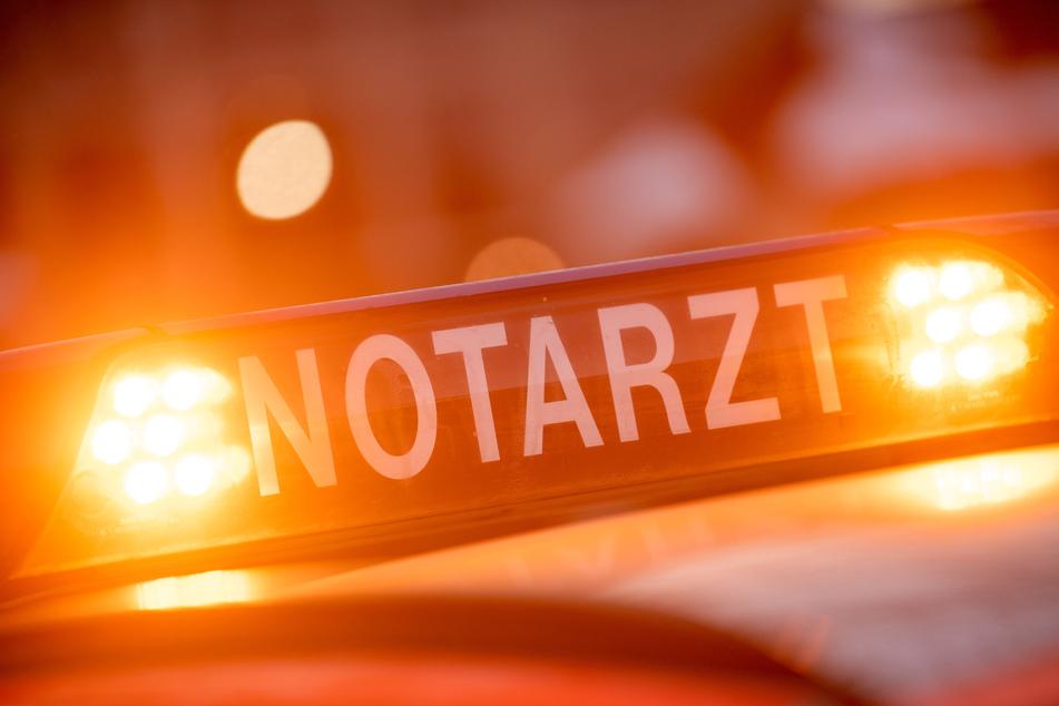 Lebensbedrohlich verletzt: Fußgänger bei Unfall zwischen Auto und Zaun eingeklemmt