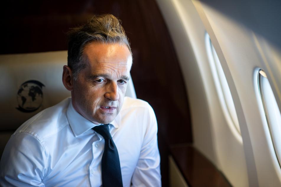 Heiko Maas (SPD), Außenminister, sitzt auf dem Rückflug von Valencia nach Berlin in einem Flugzeug der Flugbereitschaft der Bundeswehr.