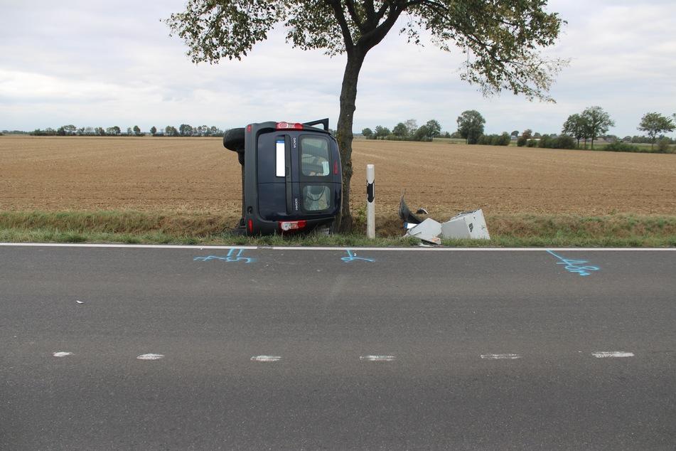 Das Auto ist gegen ein Baum geprallt und seitlich liegen geblieben. Der Fahrer zog sich dabei schwere Verletzungen zu.