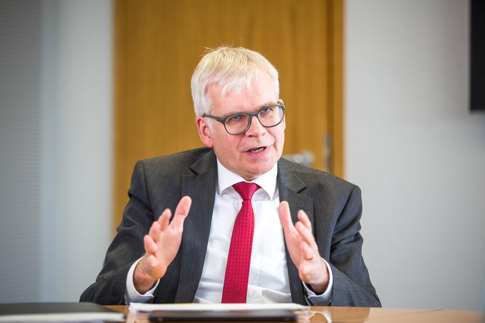 Finanzminister Vorjohann (56, CDU) muss das Geld beschaffen.