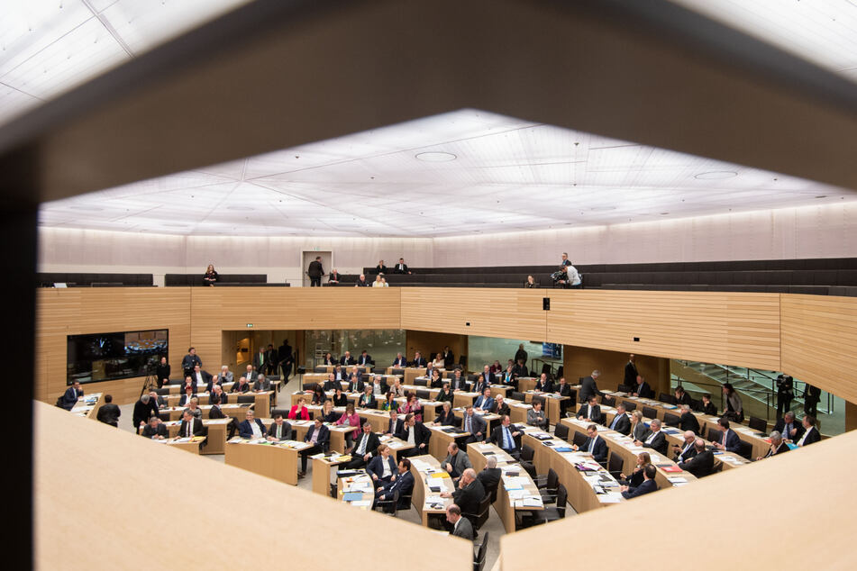 Stuttgart: Landtagssitzung findet trotz Corona statt, Ministerpräsident Kretschmann verzichtet auf Berlinreise