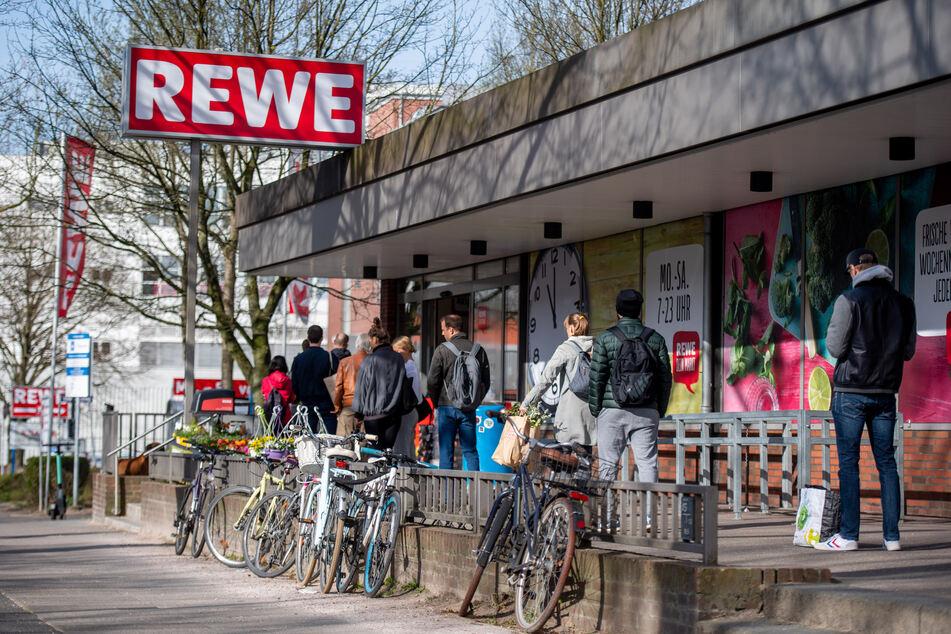 Warten vor dem Supermarkt: Bei Geschäften gilt eine strengere Kundenbegrenzung.