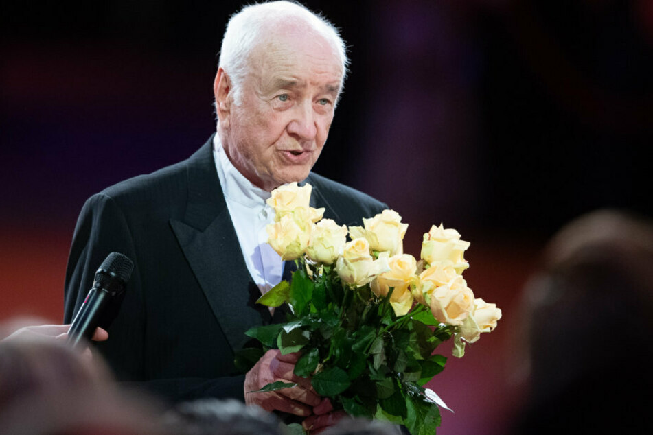 Armin Mueller-Stahl (90), deutscher Schauspieler, hält während des 15. Semperopernballs einen Strauß Rosen.