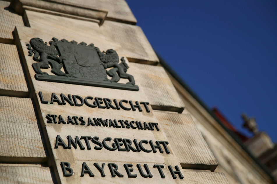Die Außenansicht des Landgerichts Bayreuth. Die Staatsanwaltschaft wirft dem Betreiber einer Shisha-Bar in Bayreuth vor, eine junge Frau vergewaltigt zu haben. (Symbolbild)
