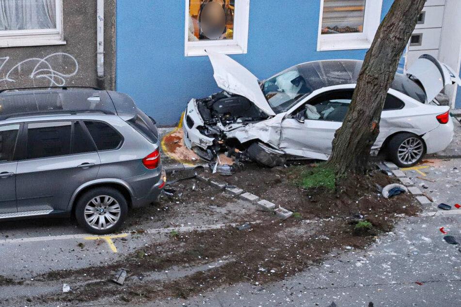 Geparkte Autos wurden von herabfallenden Fassadenteilen beschädigt. Der Schaden wird auf etwa 80.000 Euro geschätzt.